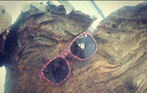 vista dall`alto di un paio di occhiali da sole con montatura colorata
