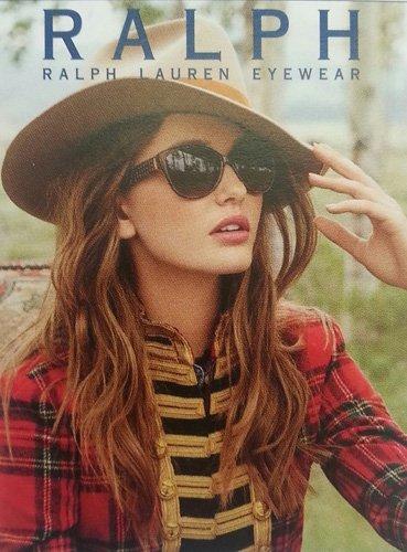 modella con occhiali da sole a marchio RALPH LOREN