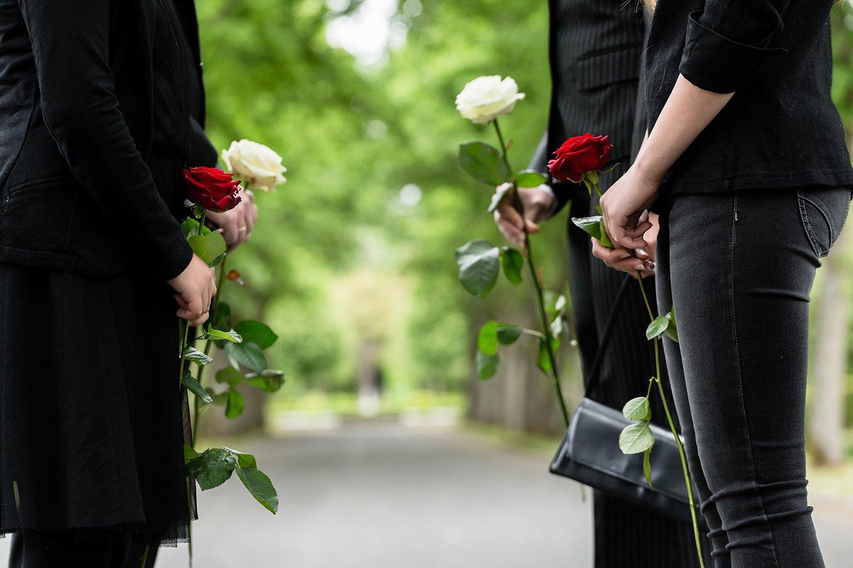 persone ad un funerale