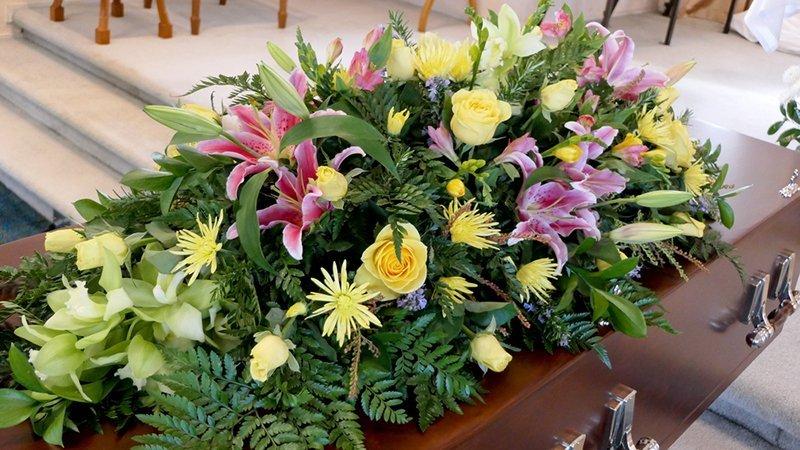 addobbi floreali su una bara