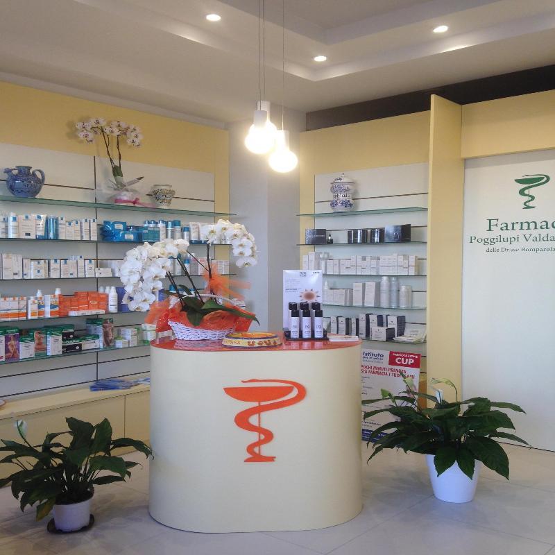 Un mobile moderno con sopra dei fiori e dei prodotti in una farmacia