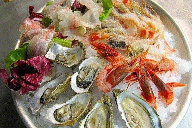 Un piatto di frutti di mare misti ed ostriche