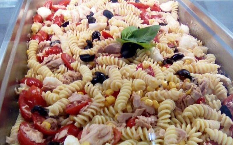 Fusilli con pomodorini, basilico ed olive nere