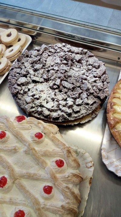 Una foto di torte, al cioccolato e con crema bianca