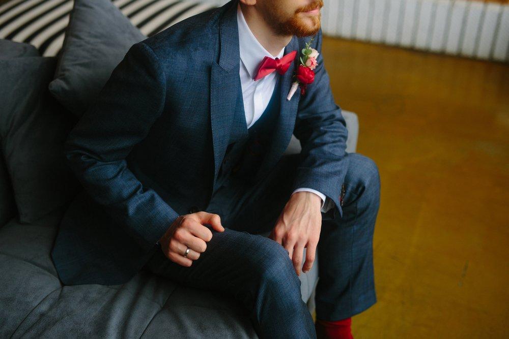 completo uomo elegante blu con papillon rosso