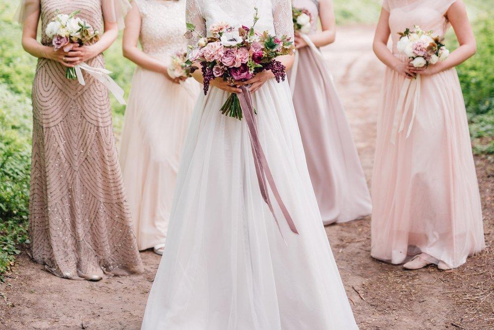 Abito da cerimonia rosa per donna con bouquet di fiori