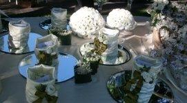 tavolo confetti, ragali per gli invitati, centrotavola fioriti