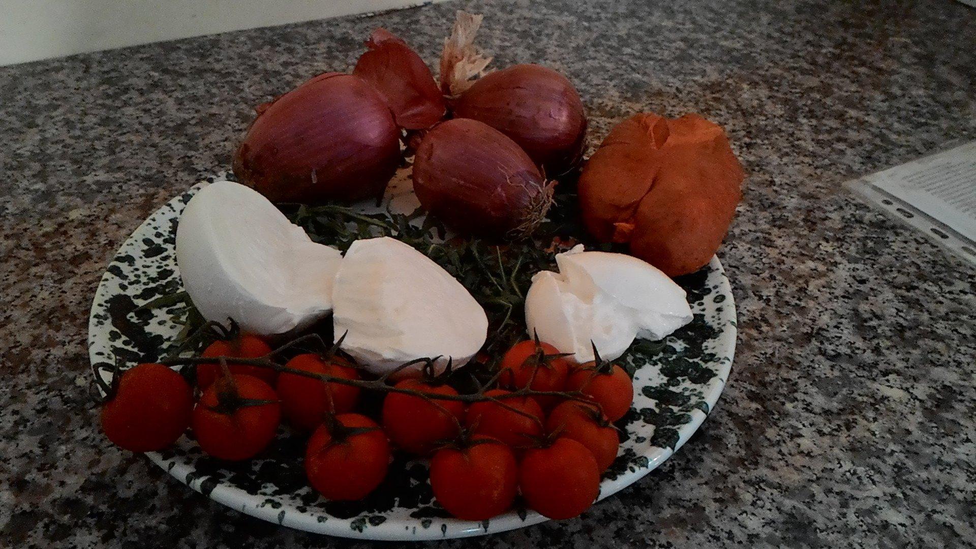 Cipolle, pomodori, rucola, mozzarella