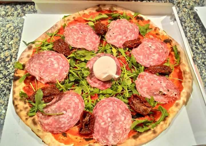 Pizza con rucola,mozzarella e salumi