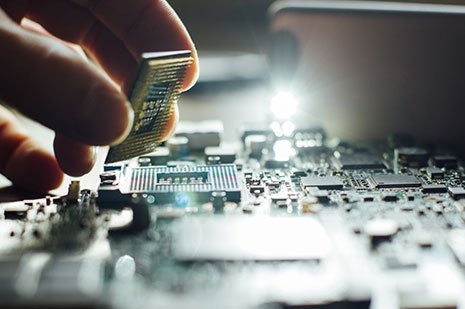 Tecnico informatico riparando il processore a Napoli