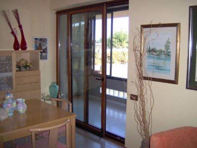 una porta in vetro e legno