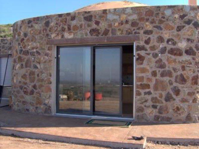 una porta in vetro scorrevole