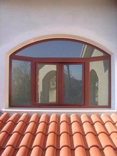 delle finestre con finiture bordeaux viste da fuori