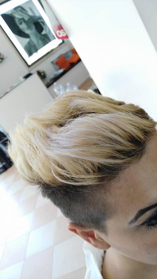 capelli donna rasati con cresta bionda