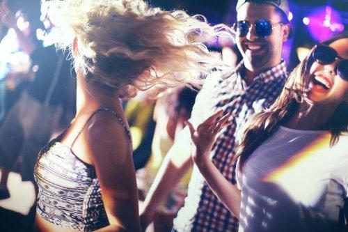 Delle persone che ballano in un club