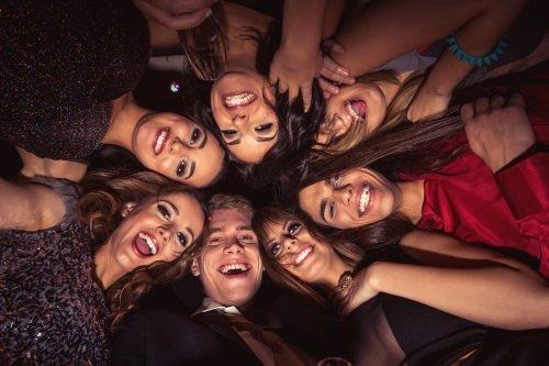 Un ragazzo e un gruppo di ragazze sorridenti