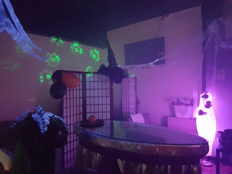Un tavolo di vetro, palloncini e luci in un night club