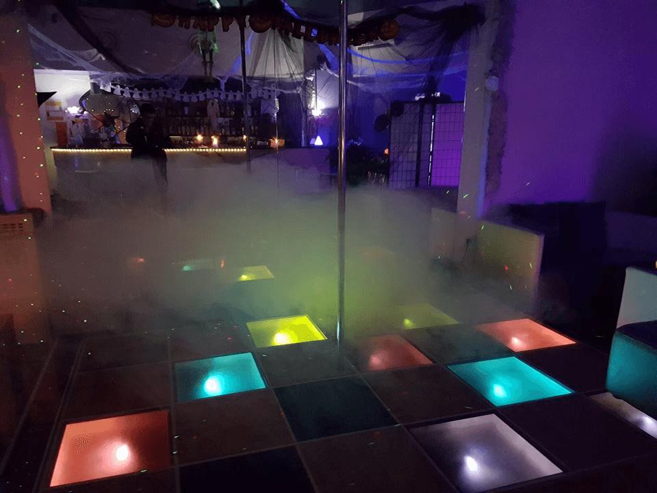 Un palo da lap dance e delle piastrelle illuminate