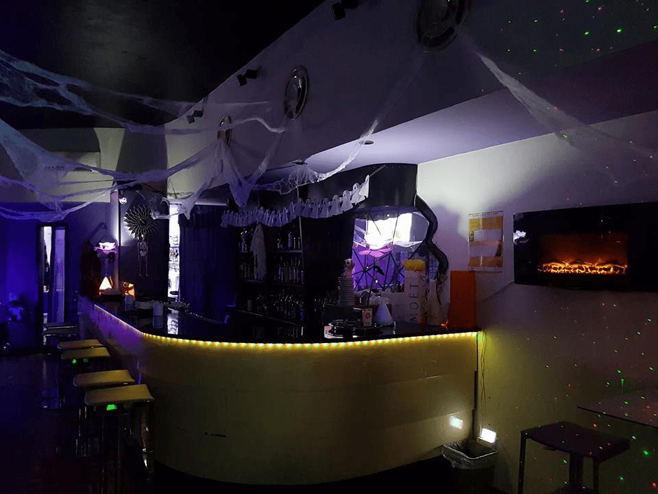 Visto del bancone del bar all'interno del night club