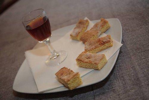 fette di torta con vino liquoroso d'accompagnamento