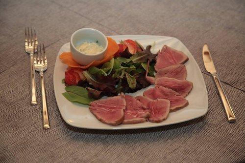 tagliata di carne con contorno di verdure