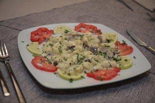 gnocchi con formaggio e pomodori a contorno