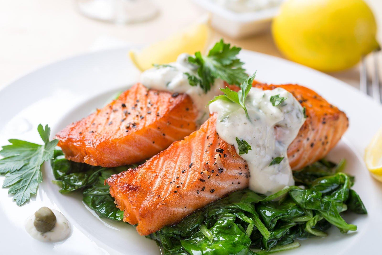 Bistecca di salmone alla griglia con spinaci