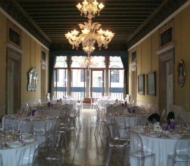 sala del palazzo con tavoli apparecchiati per banchetto nuziale