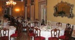 sala del palazzo con tavoli apparecchiati
