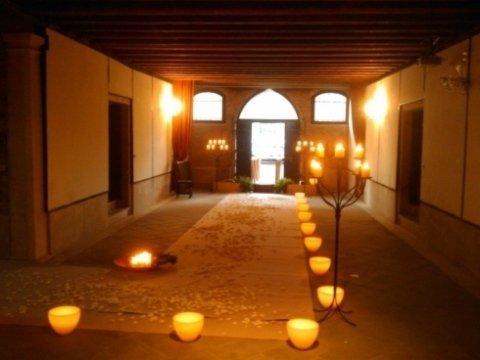 sala del palazzo illuminata con candelabri