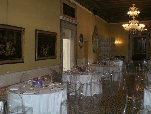 tavoli apparecchiati per matrimonio all'interno del palazzo storico