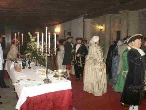 interno del palazzo durante festa in costume per carnevale