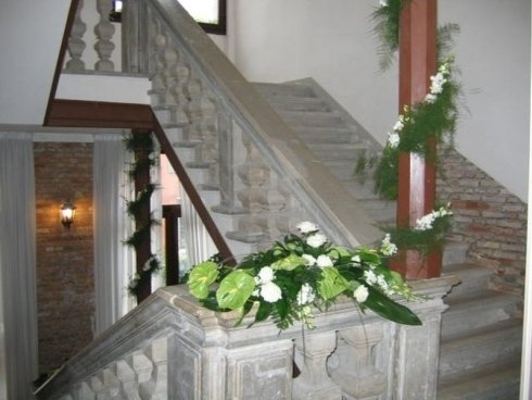 scala con addobbi floreali all'interno della dimora storica