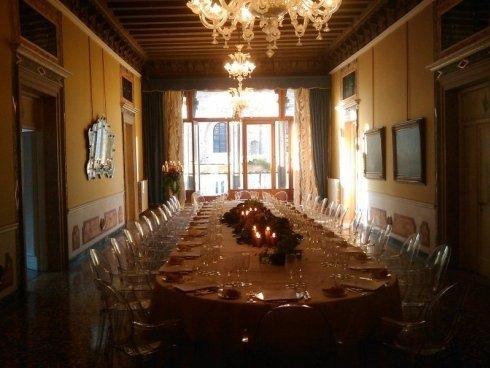 sala della dimora storica con grande tavolo apparecchiato