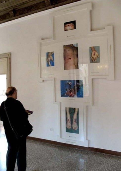 un visitatore nella sala del palazzo durante esposizione d'arte
