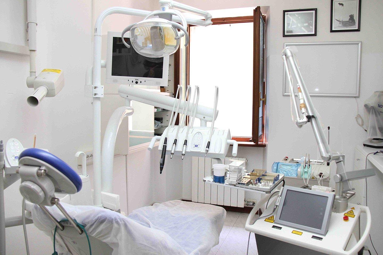Lettino e strumenti da dentista