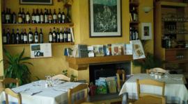 tavoli da ristorante con esposizione vini locali