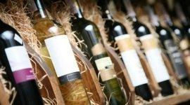 esposizione bottiglie di vino rosso e bianco