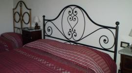 camera con letto matrimoniale dall'arredamento rustico