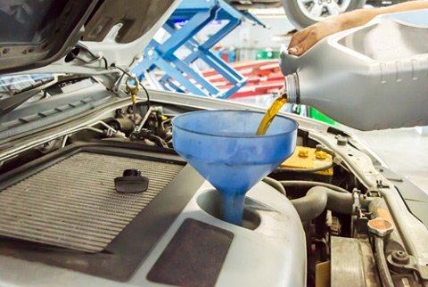 inserimento olio nel motore