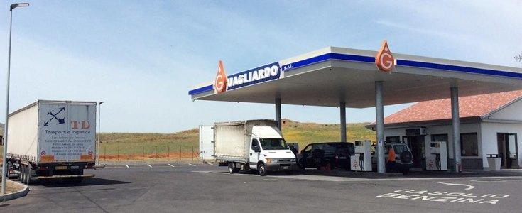 un furgone dal benzinaio Guagliardo