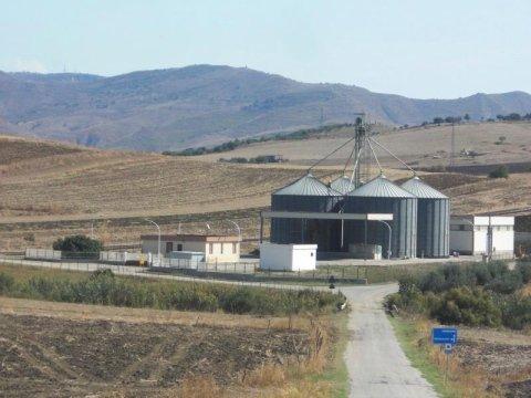 degli edifici e accanto dei silos