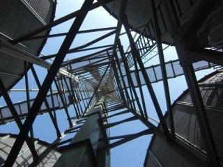 vista dal basso verso l'alto di una struttura di ferro