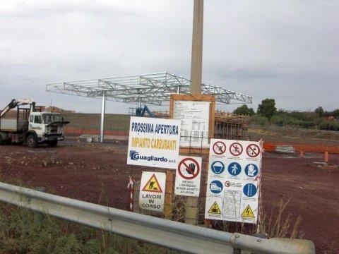 dei cartelli di lavori in corso e uno di prossima apertura