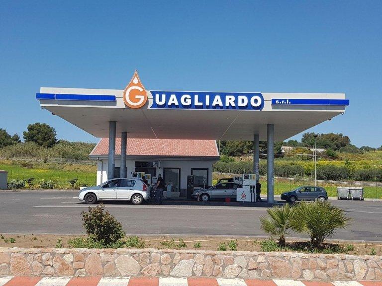 vista del benzinaio Guagliardo srl e delle macchine