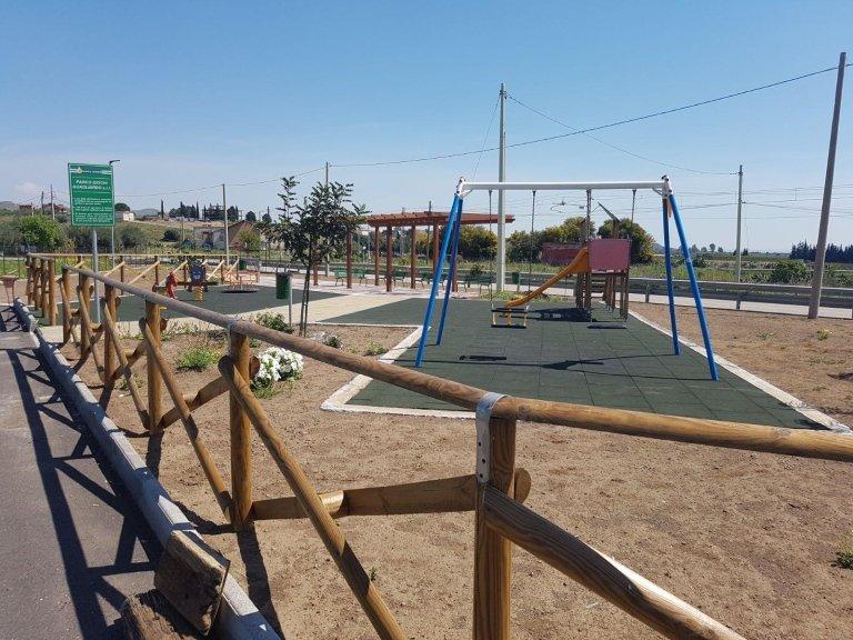 un parco giochi con un recinto di legno