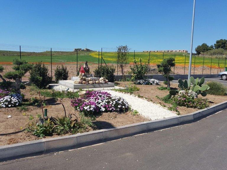 una piazzola con piante e fiori