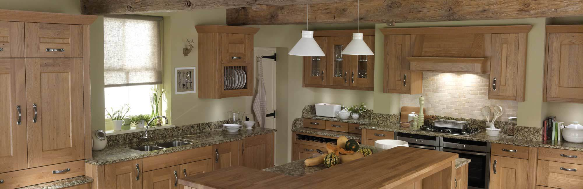 Traditional oak featured kitchen