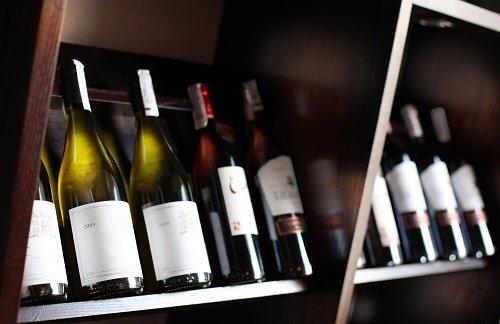 esposizione bottiglie di vino