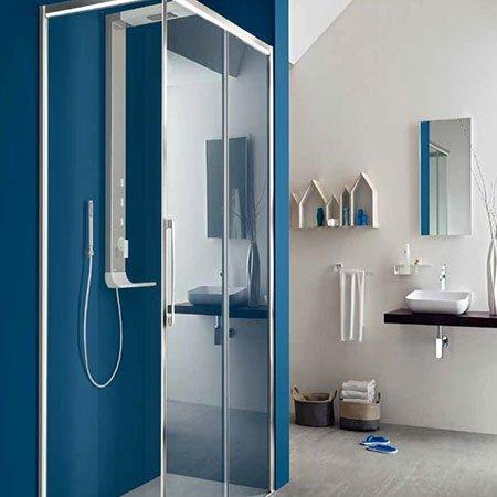 un box doccia e un lavabo sulla destra